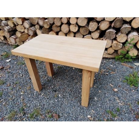 Dubový stolek pro sezení u kávy