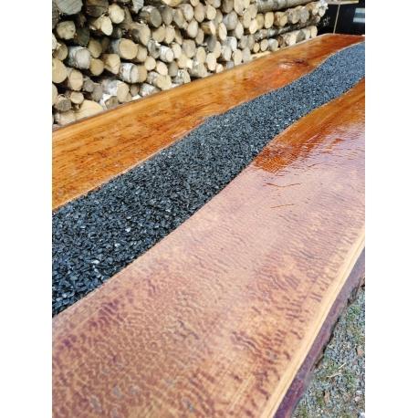 Třešňový stůl zdobený kamínky z černého mramoru